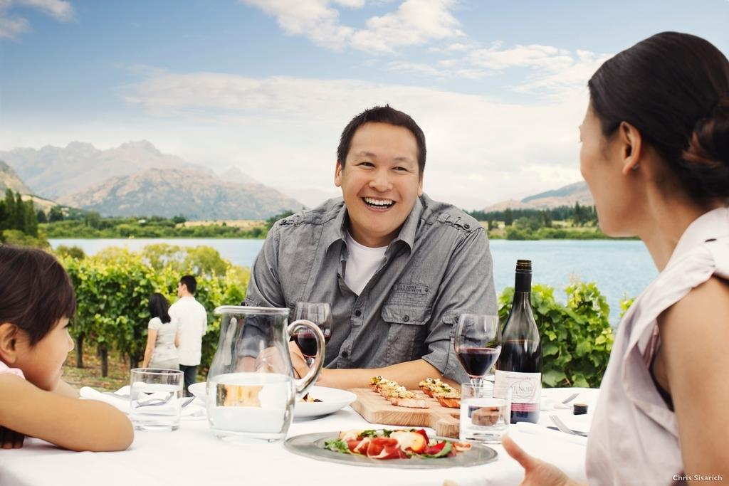 Lunchtime at a vineyard (Chris Sisarich Photo)