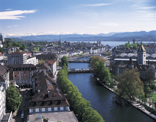 Zurich, view of the river Limmat and the Old Town. In the backdrop of Lake Zurich, the panorama of the Central Swiss Alps. Copyright by: Switzerland Tourism By-Line: swiss-image.ch/Christof Sonderegger