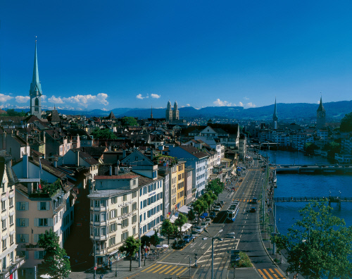Zurich, view of the river Limmat and the historic center. The spiders mark the churches Prediger, Grossmuenster, Fraumuenster and St. Peter. Copyright by: Switzerland Tourism By-Line: swiss-image.ch/Christof Sonderegger