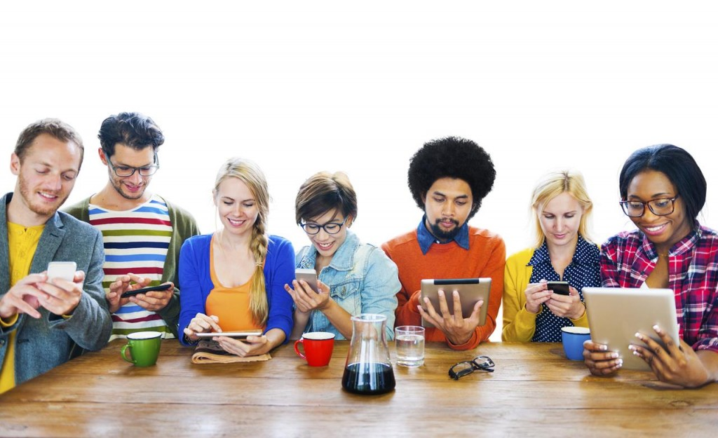 Group of Multiethnic People uns DIgitak Devices