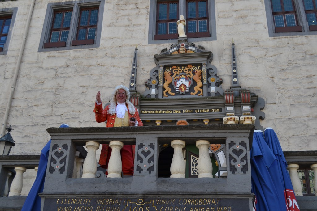 Dr. Johann Eisenbart, who practiced in Hannover-Münden in the 18th century, is brought back to life as a promotion for the city. Here he waves from the town hall.
