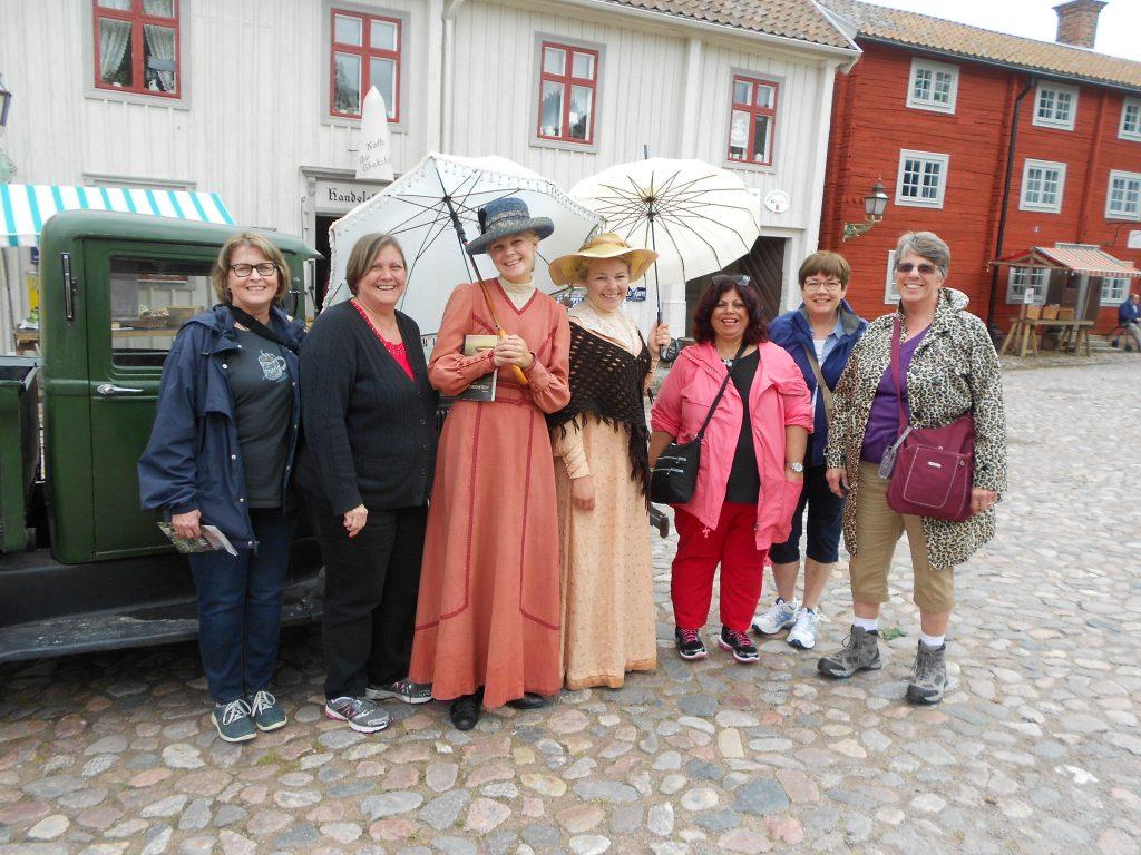 2015 Norway-Sweden Linköping ladies with costumed greeters GOOD