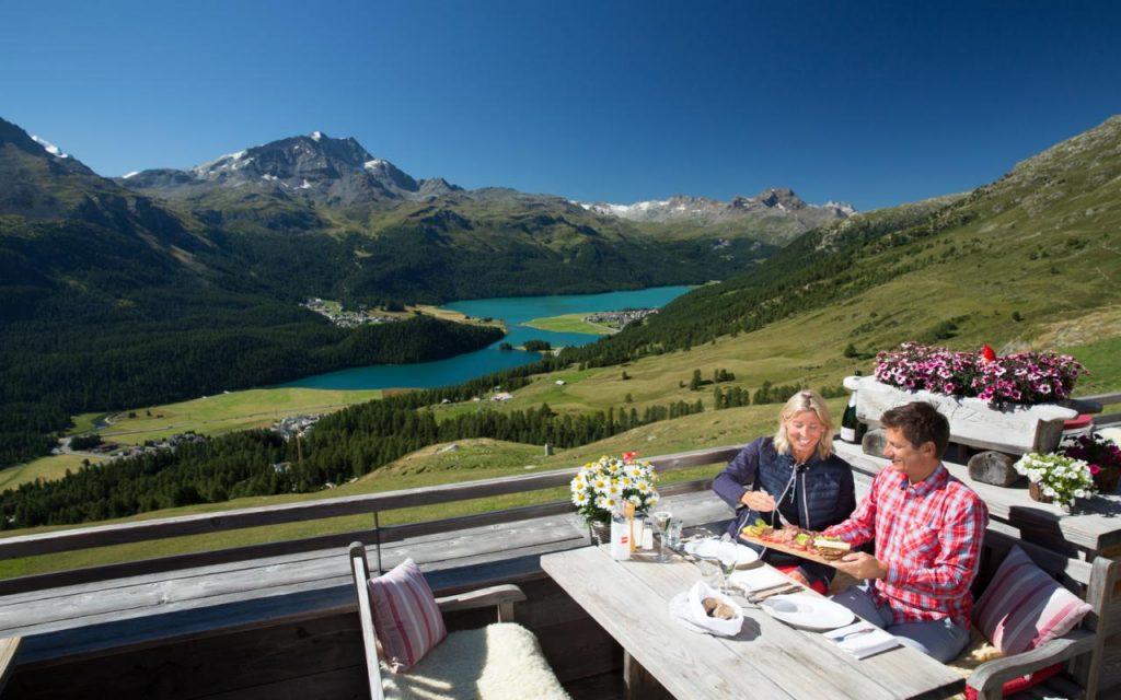 ENGADIN St. Moritz: Wanderer auf der Terrasse des Bergrestaurants el Paradiso