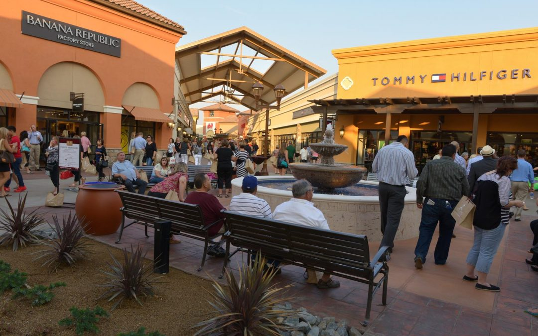 Outlets at Tejon - Shoppers at Tommy and Banana