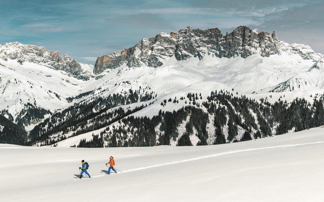 Zwei Schneeschuhlaeufer im Praettigau auf dem Stelserberg. Im Hintergrund die Drusenfluh.